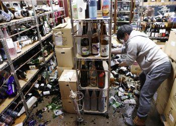Trabajador intenta rescatar los productos sobrevivientes al terremoto en su Tienda de licores. Foto: Kyodo/Reuters/ vía Lavanguardia.