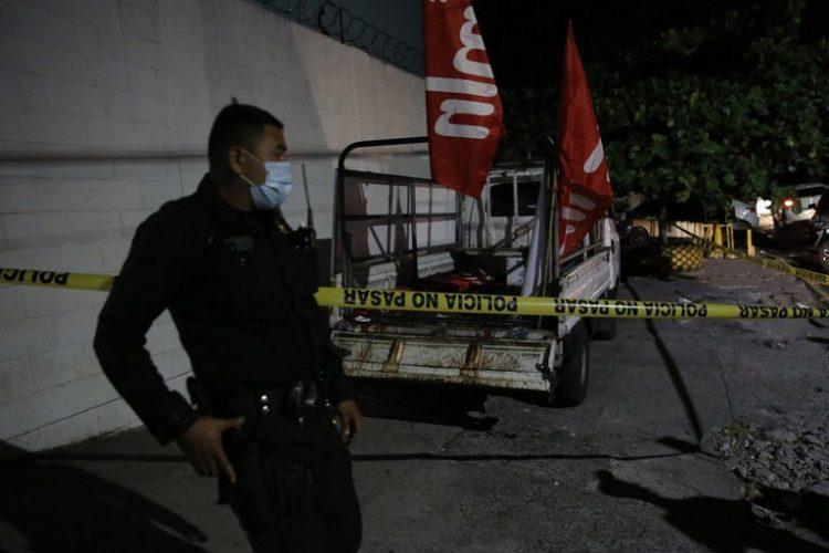 Un policía fue registrado este domingo al custodiar el vehículo donde fueron tiroteados simpatizantes del partido de izquierda Frente Farabundo Martí para la Liberación Nacional, en San Salvador (El Salvador). Foto: Rodrigo Sura/Efe.