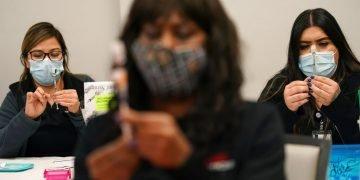 Un equipo de enfermeras prepara vacunas contra el coronavirus en Las Vegas el 22 de enero de 2021. Foto: John Locher/AP.