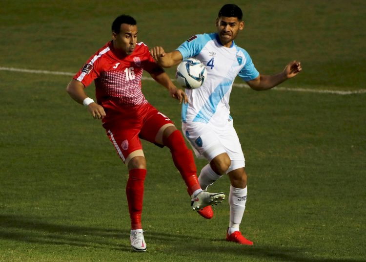 El cubano Joel Apezteguía (i) disputa un balón en un partido de las eliminatorias mundialistas para Catar 2020 contra Guatemala. Foto: Esteban Biba / EFE.