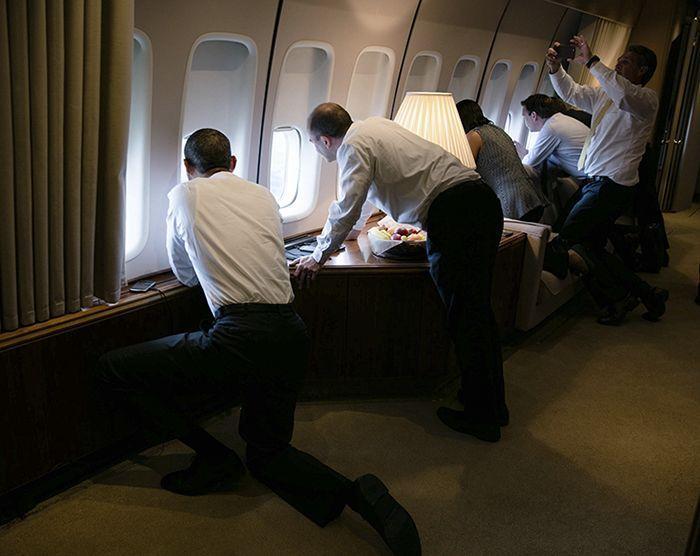 El presidente Obama y miembros de su equipo se asoman por las ventanas del Air Force One durante el aterrizaje en Cuba. Foto: Pete Souza/The White House