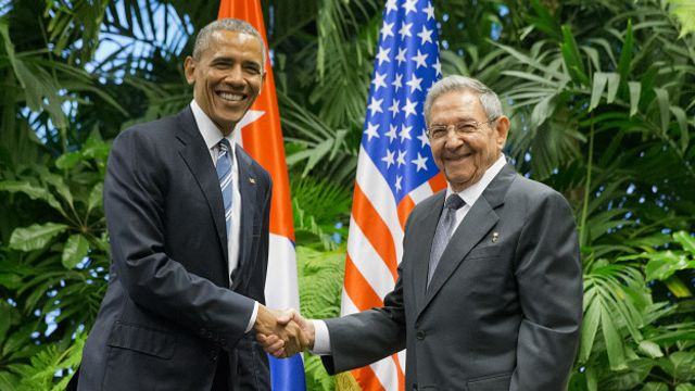 The handshake in the Cuban Palace of the Revolution between Raúl Castro and Barack Obama marked another historic moment in bilateral relations. Photo: AP
