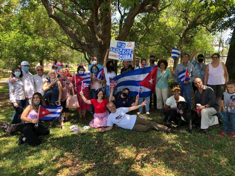 Grupo de cubanas y cubanos solicitando el fin del Bloqueo en Tampa. Foto: Cortesía Carlos Lazo