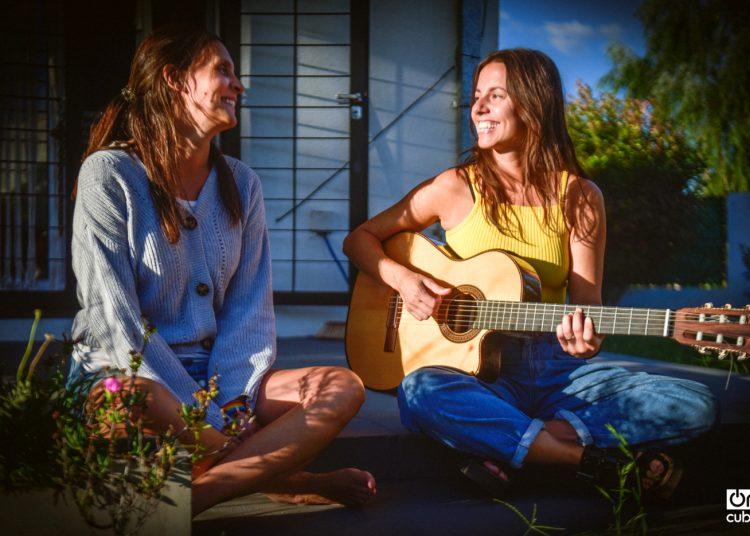 Paula y Cata, una tarde de canciones en el hogar que comparten en La Plata, Argentina.