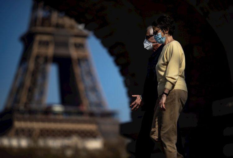 Dos personas caminan cerca de la Torre Eiffel, en París, Francia. Foto: Ian Langsdon / EFE.
