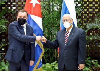 El viceprimer ministro de Cuba, Ricardo Cabrisas (i), saluda a su homólogo de Rusia, Yuri Borísov, antes de la XVIII sesión de la Comisión Intergubernamental Cuba-Rusia, en La Habana (Cuba), el 31 de marzo de 2021. Foto: Ernesto Mastrascusa / EFE / POOL.