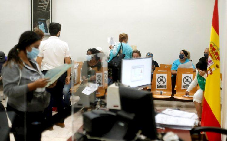 Varias personas adelantan tramites en la nueva sede del Consulado de España en La Habana. Foto: Ernesto Mastrascusa / EFE/Archivo.