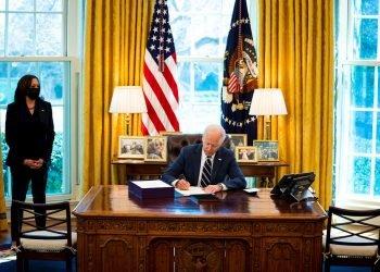 El presidente estadounidense Joe Biden firma el plan de rescate estadounidense con la vicepresidenta Kamala Harris a su lado, en la Oficina Ova de la Casa Blanca, en Washington, DC, EE. UU., el 11 de marzo de 2021. Foto: Doug Mills / POOL / EFE.