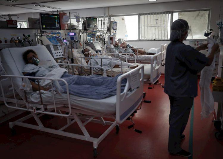 Enfermos de la COVID-19 y personal médico en la Unidad de Cuidados Intensivos del Hospital de M'Boi Mirim, en un suburbio de Sao Paulo, Brasil, el viernes 12 de marzo de 2021. Foto: Fernando Bizerra / EFE.