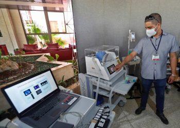 Un especialista manipula un respirador de emergencia producido por la empresa estatal BioCubaFarma durante una exhibición de productos tecnológicos para la salud, en La Habana, Cuba, el 31 de marzo de 2021. Foto: Yander Zamora / EFE.