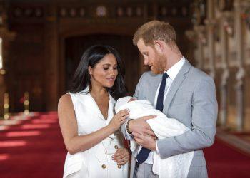 ARCHIVO - En esta foto del 8 de mayo de 2019, el príncipe Enrique de Inglaterra y Meghan, duquesa de Sussex, posan con su recién nacido Archie en el Castillo de Windsor, en el sur de Inglaterra. (Dominic Lipinski/Pool vía AP, Archivo)