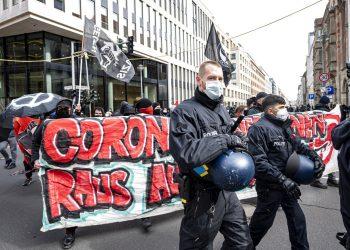 Varuas iniciativas y grupos de izquierda protestan contra una marcha de ultraderechistas contra las regulaciones del coronavirus en Berlín el sábado, 20 de marzo del 2021.  (Fabian Sommer/dpa via AP)