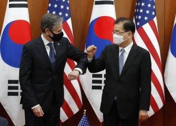 El secretario de Estado de Estados Unidos, Antony Blinken (izquierda), saluda con el codo al ministro de Exteriores de Corea del Sur, Chung Eui-yong, tras una ceremonia por el Acuerdo de Medidas Especiales, en Seúl, Corea del Sur, el 18 de marzo de 2021. Foto: Lee Jin-man/ Ap.
