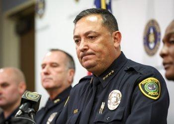 El jefe de la policía de Houston, Art Acevedo, durante una conferencia de prensa en el Departamento de Policía de Houston el 20 de noviembre de 2019. Foto: Jon Shapley/Houston Chronicle vía AP.