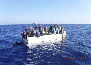 Fotografía cedida hoy por la Guardia Costera estadounidense donde se muestra a 17 migrantes cubanos a bordo de una embarcación rústica, el 18 de marzo de 2021, aproximadamente a 54 millas al sur de Key West (Cayo Hueso), Florida (EE.UU). Foto: EFE/Guardia Costera EEUU.