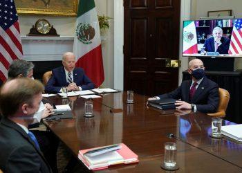 El presidente de Estados Unidos, Joe Biden, y el secretario de Seguridad Nacional, Alejandro Mayorkas, durante la reunión virtual con el presidente mexicano, Andrés Manuel López Obrador, el 1 de marzo de 2021. Foto: Reuters.