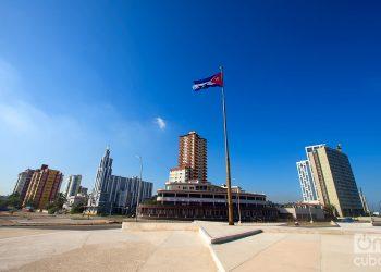 La bandera cubana ondea donde una vez estuvo el monumento al Mayor General Calixto García, en el extremo norte de la Calle G o Avenida de los Presidentes, en La Habana. Foto: Otmaro Rodríguez.