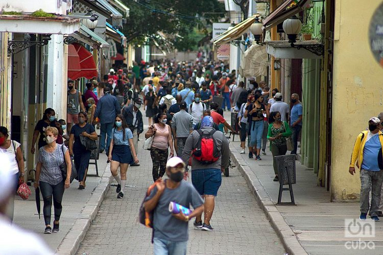 Personas en la calle Obispo, en La Habana Vieja. Foto: Otmaro Rodríguez / Archivo.