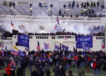 Foto del asalto al Capitolio en Washington el 6 de enero del 2021. Foto: John Minchillo/AP.