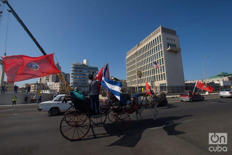 Caravana contra el embargo de Estados Unidos a Cuba, pasa frente a la embajada estadounidense en La Habana, el 28 de marzo 2021. Foto: Otmaro Rodríguez.