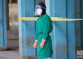Un trabajador sanitario en una zona en aislamiento por la COVID-19 en La Habana. Foto: Otmaro Rodríguez.