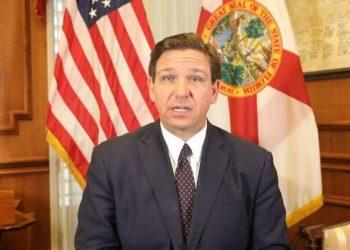 El gobernador de Florida, Ron DeSantis, anuncia su decisión contra los pasaportes de vacunación de la COVID-19. Foto: AP.