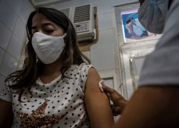Una enfermera aplica la vacuna cubana Soberana 02 a una trabajadora de la Salud, como parte de un estudio en un policlínico de La Habana (Cuba). Foto: Ramón Espinosa / EFE / POOL.