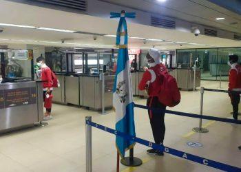 Llegada a Guatemala de la selección cubana de fútbol, el 21 de marzo de 2021. Foto: @futbolxdentro / Facebook.