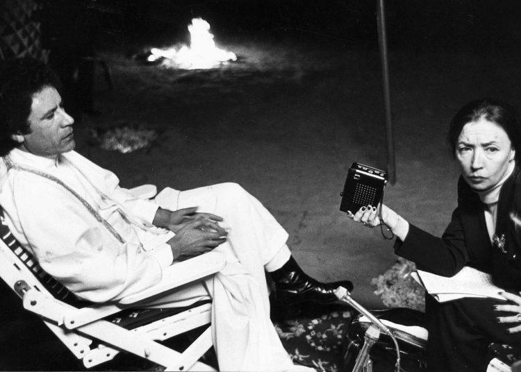 Fallaci entrevista a Muamar el Gadafi, en diciembre de 1979. Foto vía elmundo.es