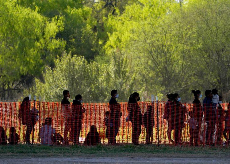 Migrantes detenidos en instalaciones de la agencia Aduanas y Protección Fronteriza de EEUU en Mission, Texas.  Foto: Julio Cortez/AP.