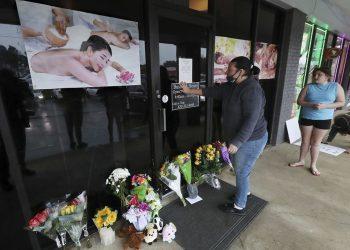 Fachada de uno de los centros de masajes blanco de los ataques en Atlanta. | Foto: Cris Compton / AP