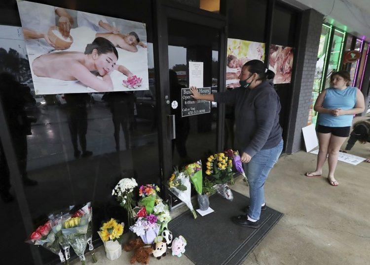 Fachada de uno de los centros de masajes blanco de los ataques en Atlanta.   Foto: Cris Compton / AP