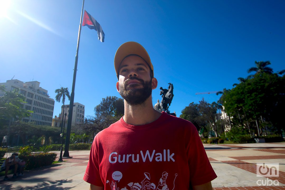 José Enrique González, Pepe, eligió a la Revolución Cubana como tema de su free tour, uno de los más populares de La Habana en la plataforma GuruWalk. Foto: Otmaro Rodríguez.