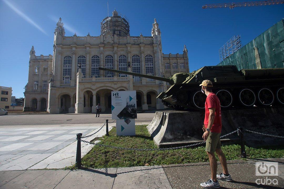 José Enrique González, Pepe, en los alrededores del Museo de la Revolución, en La Habana, uno los sitios a los que lleva a sus clientes durante su free tour por la capital cubana. Foto: Otmaro Rodríguez.