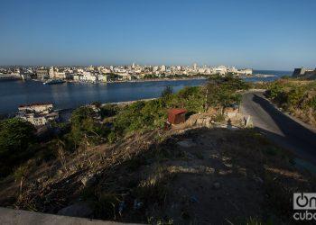 Carretera de La Cabaña, en el lado este de la bahía de La Habana. Foto: Otmaro Rodríguez.