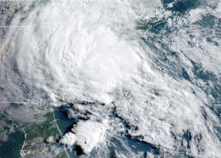 Esta foto de satélite del 27 de mayo del 2020 proveída por la Oficina Nacional de Administración Oceánica y Atmosférica de Estados Unidos (NOAA) muestra a la tormenta tropical Bertha acercándose a la costa de Carolina del Sur. Foto: NOAA vía AP.