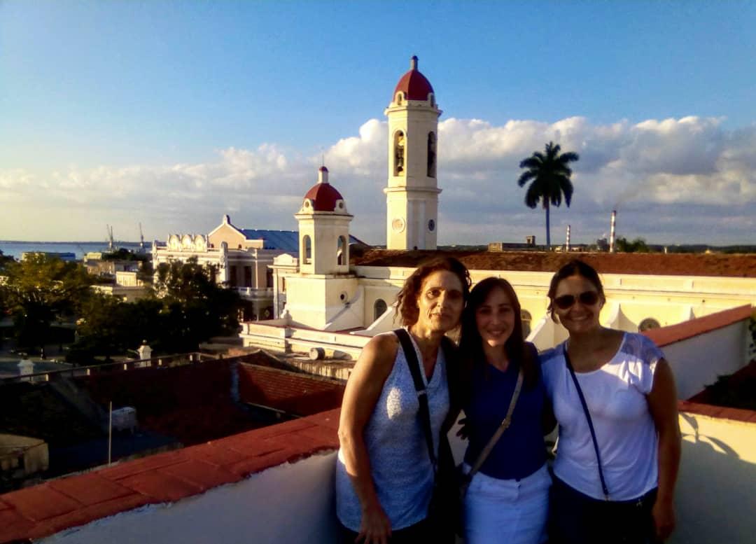 Roxana (c) junto a dos clientas de su free tour en Cienfuegos antes de la pandemia de coronavirus. Foto: cortesía de Roxana Capote.