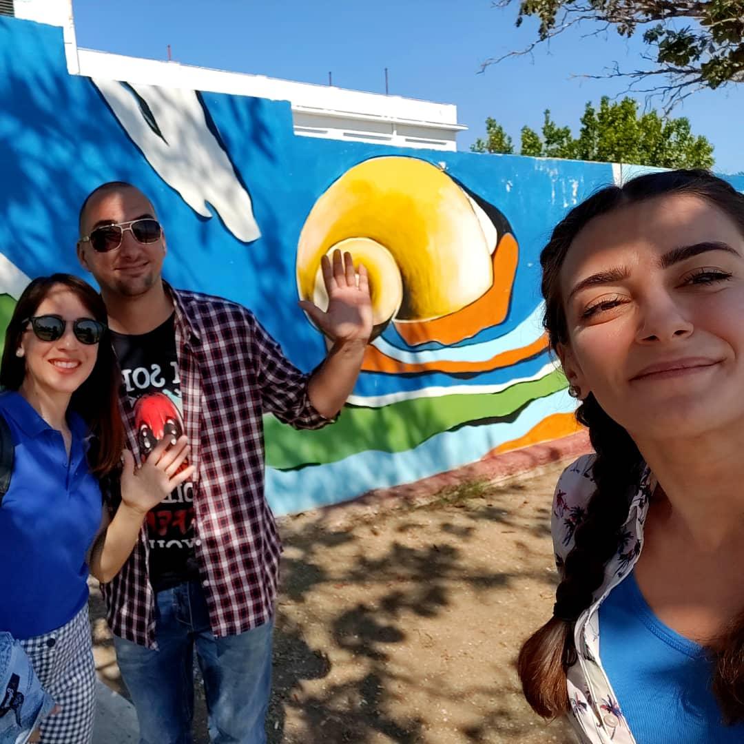 Roxana (i) junto a dos clientes de su free tour en Cienfuegos antes de la pandemia de coronavirus. Foto: cortesía de Roxana Capote.