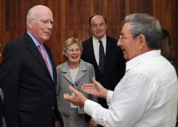 El senador Patrick Leahy, demócrata por Vermont, conversa con el entonces presidente cubano, Raúl Castro, durante una visita a La Habana.  Foto: Granma/AP/Pool.