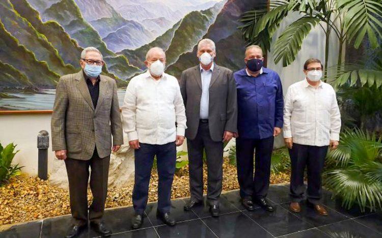 Raúl Castro, Lula da Silva, Miguel Díaz-Canel, Manuel Marrero y Bruno Rodríguez durante la visita del exmandatario brasileño a la Isla. Foto: @DiazCanelB/Twitter.