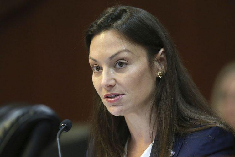 La secretaria de Agricultura de Florida, Nikki Fried, en una audiencia de la legislatura estatal en enero pasado. Foto: Steve Cannon / AP.