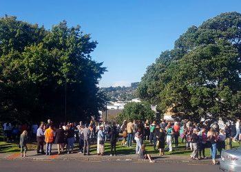 Personas se reúnen en terreno elevado después de que se emitió una alerta de tsunami el viernes 5 de marzo de 2021, en Whangarei, Nueva Zelanda. (Mike Dinsdale/New Zealand Herald via AP)