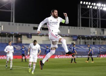 Sergio Ramos, de Real Madrid, celebra un gol en el partido de vuelta de los octavos de final de la Liga de Campeones frente al Atalanta, en el estadio Alfredo di Stefano, en Madrid, el 16 de marzo de 2021. Foto: AP/Bernat Armangue.