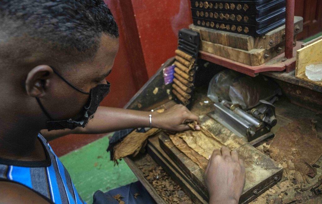 Un torcedor prepara un cigarro en la fábrica de cigarros Partagás en La Habana, Cuba, el jueves 11 de marzo de 2021. Foto:AP/Ramón Espinosa.