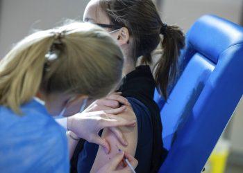 Una trabajadora de salud aplica una dosis de la vacuna de AstraZeneca contra el coronavirus a una mujer el jueves 4 de marzo de 2021, en el Centro de Exposiciones de Bruselas. Foto: Olivier Matthys/AP.