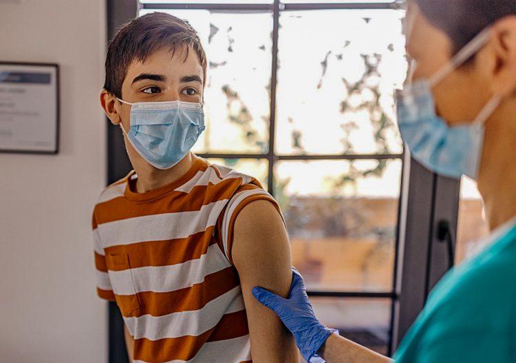 Ensayo de la vacuna anticovid de Pfizer en adolescentes. Foto: @pfizer / Twitter / Archivo.