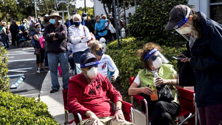 Joel y Susan Pittelman, de Naples, Florida, esperan en la fila para recibir las vacunas en la Biblioteca Regional del Este del Condado en Lehigh Acres. Foto: Andrew West / AP.