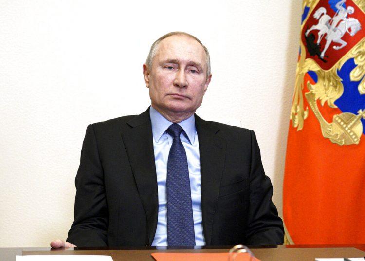 El presidente de Rusia, Vladimir Putin, preside una reunión del Consejo de Seguridad por videoconferencia desde la residencia Novo-Ogaryovo, a las afueras de Moscú, Rusia, el 12 de marzo de 2021. Foto: Alexei Druzhinin, Sputnik, Kremlin Pool vía AP.