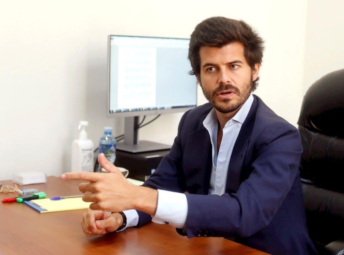 El cónsul adjunto al frente de la sección de Nacionales, Jaime López-Dóriga, durante una entrevista con la agencia Efe. Foto: Ernesto Mastrascusa / EFE.