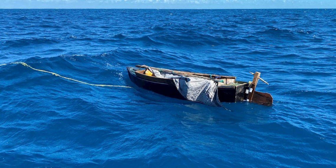 La tripulación del guardacostas Raymond Evans repatrió a dos cubanos a Cuba después de que la tripulación de un bote pequeño de la estación de la Guardia Costera de Islamorada intercediera su viaje por mar debido a preocupaciones de seguridad de la vida en el mar. Foto: EFE/Guardia Costera EEUU.